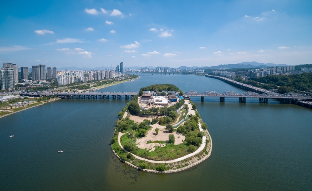 This photograph, provided by the Seoul Metropolitan Government, shows Nodeul Island seen from the west. The photo was taken by a drone. (PHOTO NOT FOR SALE) (Yonhap)