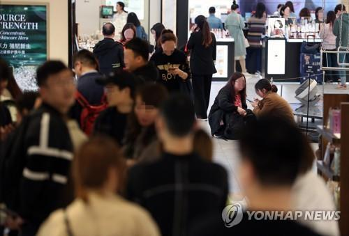 This undated photo shows customers at a duty-free store in downtown Seoul. (Yonhap)