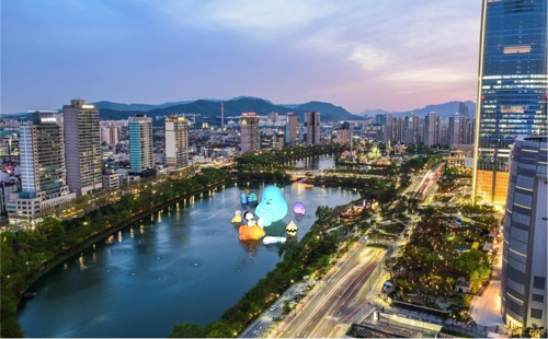 Adorable monsters to decorate Seoul lake