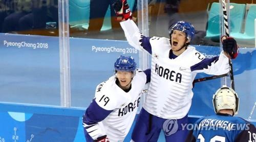 In this file photo from Feb. 20, 2018, South Korean forward Brock Radunske (C) celebrates his goal against Finland during the qualification playoff match in the men's hockey tournament of the PyeongChang Winter Olympics at Gangneung Hockey Centre in Gangneung, Gangwon Province. (Yonhap)