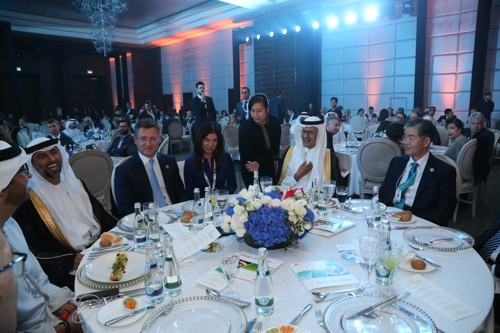 This photo provided by Daesung Group shows Younghoon David Kim (R), then the World Energy Council chair, attending an event at the 24th World Energy Congress in Abu Dhabi on September 11, 2019. (PHOTO NOT FOR SALE) (YONHAP)