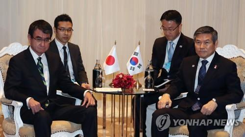 South Korea's Defense Minister Jeong Kyeong-doo (R) and his Japanese counterpart, Taro Kono, sit down to hold bilateral talks in Bangkok on Nov. 17, 2019. (Yonhap)