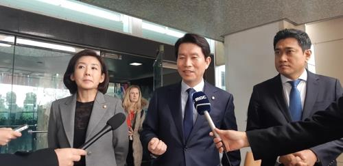 Reps. Na Kyung-won (L), Lee In-young (C) and Oh Shin-hwan, floor leaders of the Liberty Korea Party, Democratic Party and Bareunmirae Party, respectively, speak to reporters outside the U.S. State Department building in Washington on Nov. 21, 2019. (Yonhap)