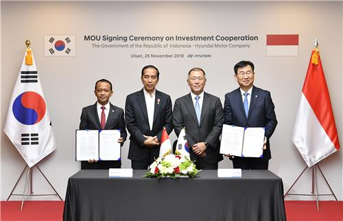 In this photo, taken on Nov. 26, 2019, and provided by Hyundai Motor, Hyundai Motor Group Executive Vice Chairman Chung Euisun (2nd from R) poses for a photo with Hyundai President Lee Won-hee (R), Indonesian President Joko Widodo (2nd from L) and Bahlil Lahadalia, chairman of Indonesian Investment Coordinating Board, after signing a pact on Hyundai's investment plan in Indonesia at the carmaker's main Ulsan plant. (PHOTO NOT FOR SALE) (Yonhap)