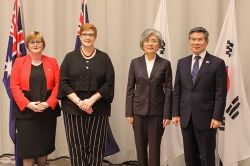 Foreign Minister Kang Kyung-wha (2nd from R) and Defense Minister Jeong Kyeong-doo (R) pose for a photo with their respective Australian counterparts, Marise Payne (2nd from L) and Linda Reynolds, in Sydney, Australia on Dec. 10, 2019. (Yonhap)