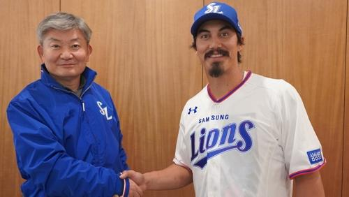 In this photo provided by the Samsung Lions on Jan. 9, 2020, Tyler Saladino, the Lions' new acquisition, shakes hands with the team president Lim Dai-ki after signing his contract at Daegu Samsung Lions Park in Daegu, 300 kilometers southeast of Seoul. (PHOTO NOT FOR SALE) (Yonhap)
