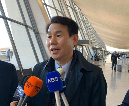 Jeong Eun-bo, South Korea's ambassador to defense cost-sharing talks with the United States, speaks to reporters at Washington's Dulles International Airport on Jan. 16, 2020. (Yonhap)
