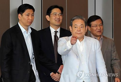In this photo taken April 21, 2011, Samsung Electronics Chairman Lee Kun-hee (3rd from L), his son and Samsung Electronics President Lee Jae-yong (2nd from L), and the company's other officials enter Samsung Electronics office building in Seoul. (Yonhap)