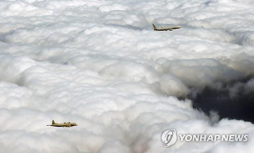 Shown in this photo provided by the South Korean Navy on Feb. 17, 2016, is its P-3 patrol aircraft (L) and the U.S. Navy's P-8 aircraft conducting a joint anti-submarine exercise. (PHOTO NOT FOR SALE) (Yonhap)