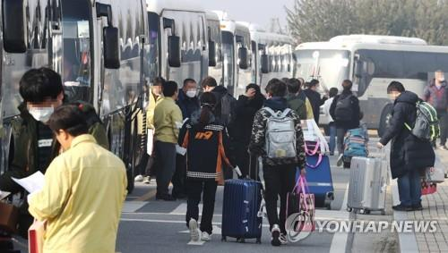 Wuhan evacuees board buses prepared by the government after completing their two week quarantine at the National Human Resources Development Center in Jincheon 91 kilometers southeast of Seoul on Feb. 15, 2020. (Yonhap)