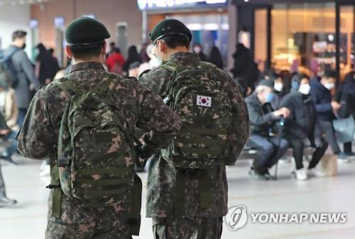 Soldiers move to take trains at Seoul Station in Seoul on Feb. 21, 2020. Earlier in the day, the defense ministry said it will restrict all enlisted soldiers from vacationing, staying outside their bases and meeting visitors starting the following day. (Yonhap)
