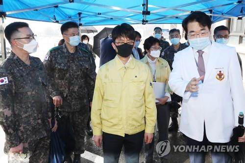 Vice Defense Minister Park Jae-min (C) is briefed by a doctor of the Korean Armed Forces Capital Hospital in Bundang, Gyeonggi Province, on the current status of its management of new coronavirus patients on March 10, 2020, in this photo provided by the defense ministry. (PHOTO NOT FOR SALE) (Yonhap)
