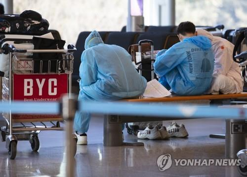 Passengers rest at Incheon International Airport, west of Seoul, on April 6, 2020. (Yonhap)