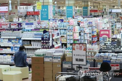 A retail outlet in Seoul is quiet amid the continued spread of the new coronavirus on March 18, 2020. (Yonhap)