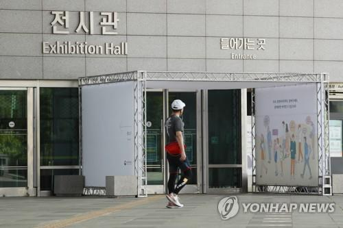 A person walks in front of the National Museum of Korea on May 4, 2020, as state-run museums and libraries prepare to reopen starting this week. (Yonhap)