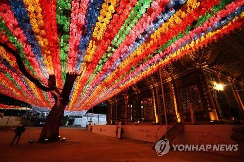 Colorful lanterns light up the courtyard at Jogye Temple in downtown Seoul on April 23, 2020. (Yonhap)