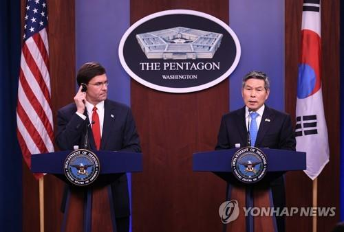 South Korea's Defense Minister Jeong Kyeong-doo (R) and U.S. Secretary of Defense Mark Esper attend a press conference at the Pentagon in Washington on Feb. 24, 2020, in this photo provided by Jeong's office. (PHOTO NOT FOR SALE) (Yonhap)