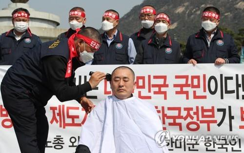 Choe Ung-sik, head of the labor union of South Korean employees for the U.S. Forces Korea, has his head shaved in protest over potential furloughs during a rally in Seoul on March 20, 2020, in this file photo. (Yonhap)