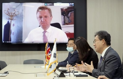 This photo provided by the culture ministry shows Park Yang-woo (R), South Korean culture minister, holding a video conference meeting with his British counterpart, Oliver Dowden (on monitor), at a government complex in Seoul on June 3, 2020. (PHOTO NOT FOR SALE) (Yonhap)