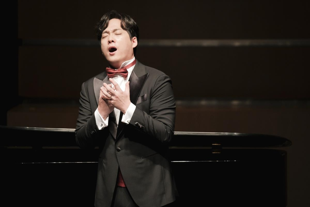 Baritone Kim Joo-taek sings during a recital in 2019 in this picture provided by Arts & Artists. (PHOTO NOT FOR SALE) (Yonhap)