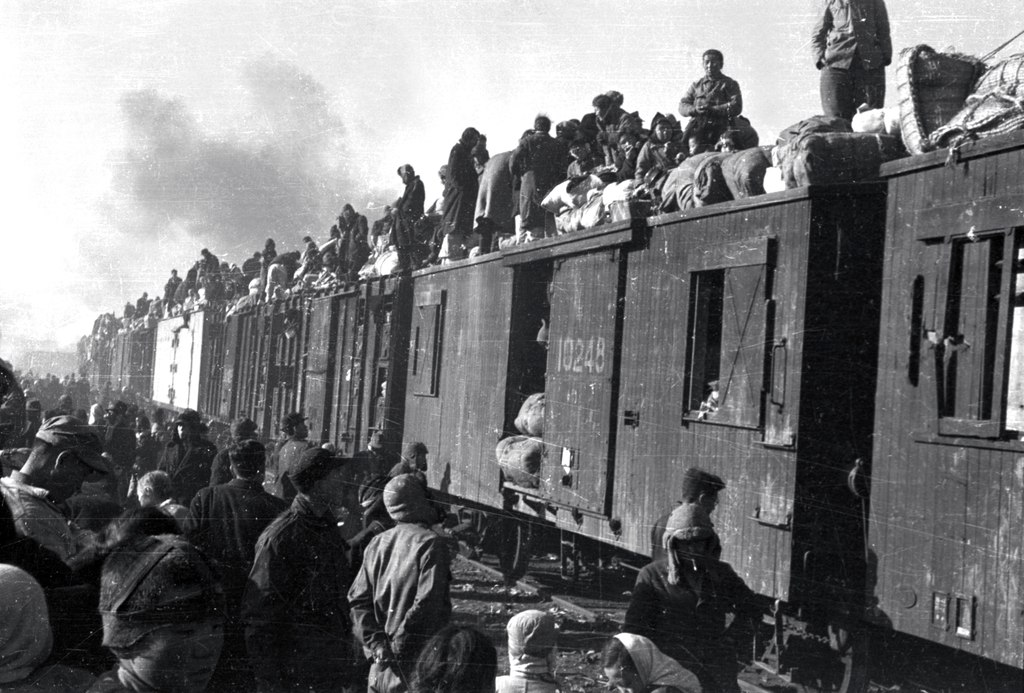 A crowd of refugees are on trains in a photo taken by the ICRC/REYNIER, Jacques de in Daegu on Dec. 29, 1950. (PHOTO NOT FOR SALE) (Yonhap)