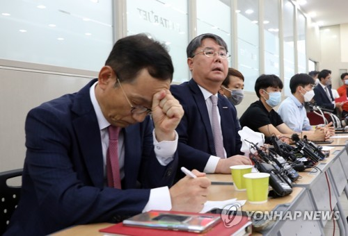 In this photo, taken on June 29, 2020, Eastar Jet CEO Choi Jong-gu (2nd from L) listens to questions from a reporter during a press conference held at its headquarters in Gangseo, western Seoul, over its founding family's stake donation plan to pressure Jeju Air to proceed with its planned takeover of Eastar. (Yonhap)