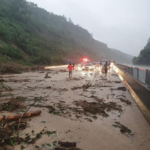 An undated photo taken by a reader shows the aftermath of a mudslide on an expressway running through Jecheon. (PHOTO NOT FOR SALE) (Yonhap)
