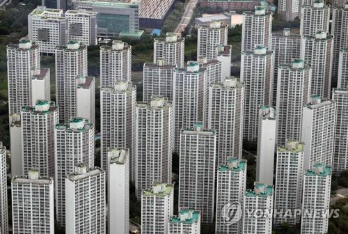 This photo, taken July 15, 2020, shows high-rise apartment buildings in the southeastern Seoul ward of Songpa as seen from an observatory at Lotte World Tower, also in Songpa. Songpa is regarded as one of the four southern Seoul wards where housing prices are higher compared with other areas of the capital. (Yonhap)