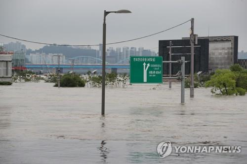 A riverside park in Seoul's Banpo district adjoining the Han River is inundated due to heavy rains on Aug. 6, 2020. (Yonhap)