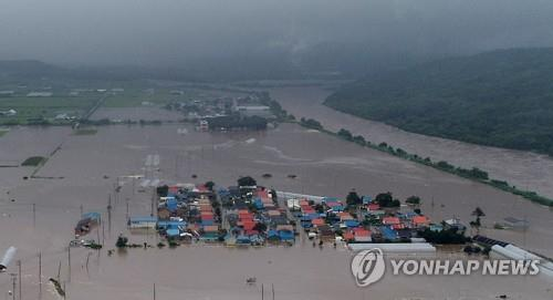 This file photo, provided by local resident Lee Sun-hye, shows a flooded village in Cheorwon, Gangwon Province. (PHOTO NOT FOR SALE) (Yonhap)