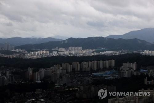 This undated file photo shows a heavily overcast neighborhood in Seoul. (Yonhap)