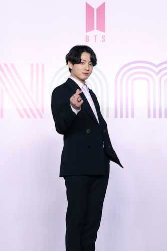 """Junggook of K-pop sensation BTS poses for photos during an online press conference for the new single """"Dynamite"""" held in Seoul on Aug. 21, 2020, in this photo provided by Big Hit Entertainment. (PHOTO NOT FOR SALE) (Yonhap)"""