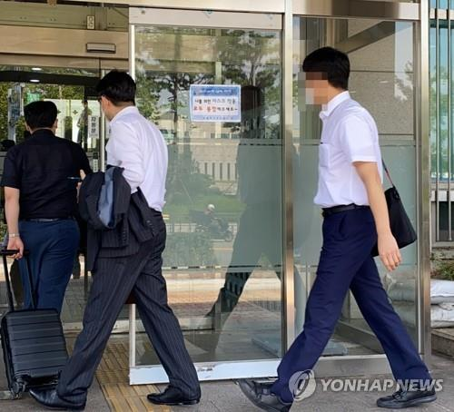Prosecution investigators enter into the civil affairs office of the Ministry of National Defense in central Seoul on Sept. 15, 2020, to secure evidence for the power abuse scandal involving Justice Minister Choo Mi-ae's son. (Yonhap)