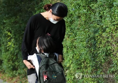 (LEAD) Students in greater Seoul return to school as virus slows, learning gap widens