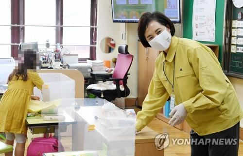 Education Minister Yoo Eun-hae wipes a desk with disinfectant at Hansan Elementary School in the east Gangdong ward in Seoul on Sept. 21, 2020. (Yonhap)