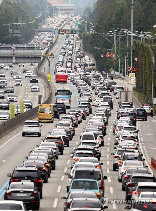 Gyeongbu Expressway connecting Seoul and Busan, 453 km southeast of the capital, is crowded with cars heading southward on Sept. 30, 2020, one day before the traditional Chuseok autumn harvest holiday. (Yonhap)