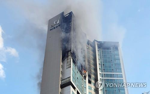 Smoke and flames are seen at a 33-story apartment building in South Korea's southern city of Ulsan on Oct. 9, 2020, in this photo provided by the Ulsan Fire Department (PHOTO NOT FOR SALE) (Yonhap)