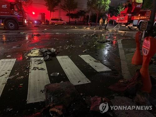 Debris from a 33-story apartment building in Ulsan is scattered on nearby streets on Oct. 9, 2020. (Yonhap)