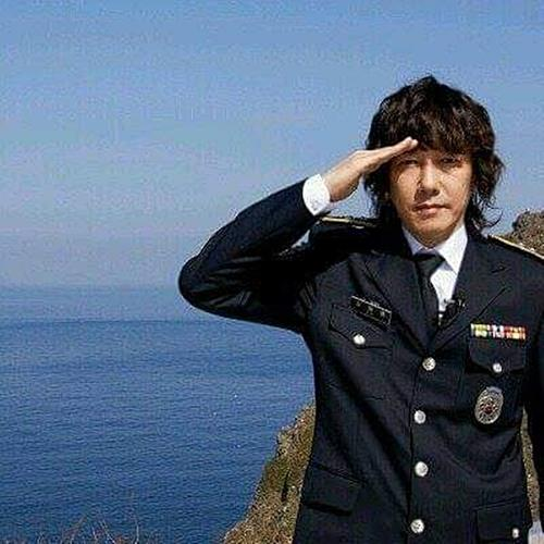 This undated photo, provided by FX Solution, shows South Korean singer Kim Jang-hoon posing on the country's easternmost islets of Dokdo. (PHOTO NOT FOR SALE) (Yonhap)