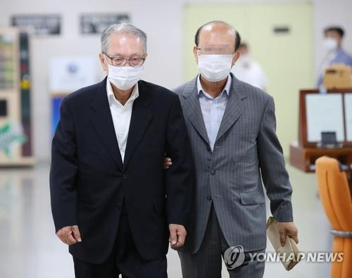 The file photo taken July 9, 2020, shows Kim Ki-choon (L) heading to a hearing at the Seoul High Court. (Yonhap)