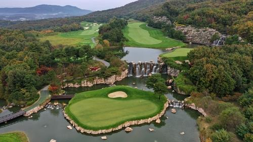 This photo provided by CJ Group on Oct. 18, 2020, shows the first green at Haesley Nine Bridges Golf Club in Yeoju, 105 kilometers southeast of Seoul. (PHOTO NOT FOR SALE) (Yonhap)
