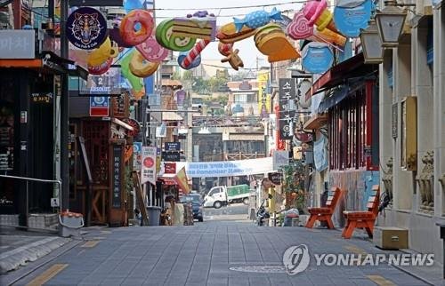 A street in Seoul's entertainment district of Itaewon is empty on Oct. 26, 2020. (Yonhap)
