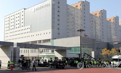 A vehicle carrying former President Lee Myung-bak arrives at Seoul Dongbu Detention Center in Seoul on Nov. 2. 2020. (Yonhap)