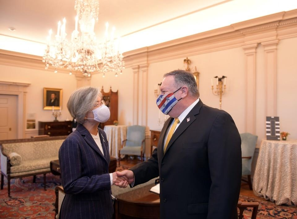 In the photo provided by South Korea's foreign ministry, South Korean Foreign Minister Kang Kyung-wha (L) and U.S. Secretary of State Mike Pompeo shake hands during a meeting in Washington on Nov. 9, 2020. (PHOTO NOT FOR SALE) (Yonhap)