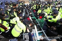 (LEAD) Protesters deter shipments of construction materials onto THAAD base in Seongju