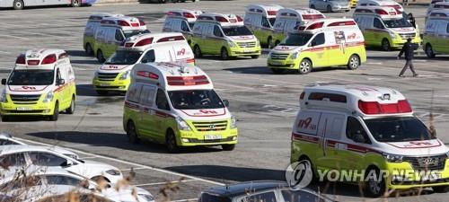 Ambulances are parked in front of Jamsil Stadium in Seoul on Dec. 14, 2020. The National Fire Agency mobilized vehicles and personnel from 12 regional headquarters to the South Korean capital and the surrounding areas the same day to help transport patients infected with the new coronavirus amid a spike in the number of coronavirus cases. (Yonhap)