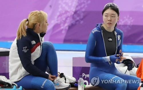 This file photo from Feb. 21, 2018, shows South Korean speed skaters Kim Bo-reum (L) and Noh Seon-yeong at Gangneung Oval in Gangneung, 230 kilometers east of Seoul, following their team pursuit race at the 2018 PyeongChang Winter Olympics. (Yonhap)