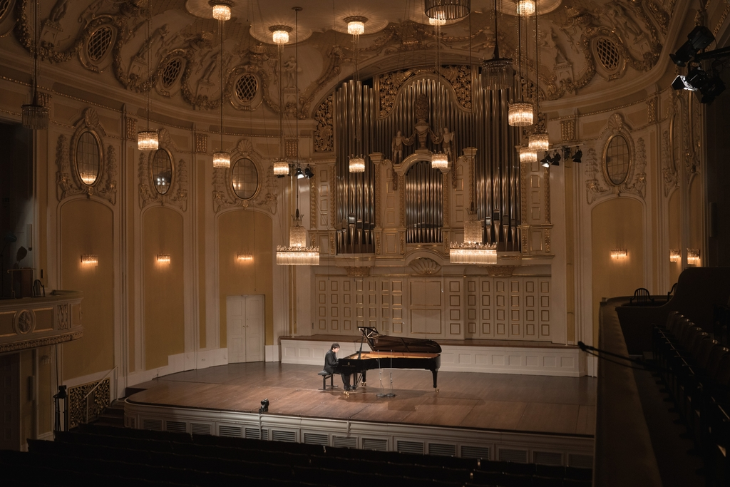 In this photo provided by Universal Music, South Korean pianist Cho Seong-jin plays a previously unheard piece by Mozart at an online recital during the digital Mozart Week 2021 in Salzburg, Austria, on Jan. 27, 2021. (PHOTO NOT FOR SALE) (Yonhap)