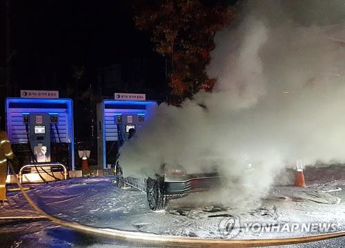 Hyundai Motor's Kona EV burns while charging its battery at a charging station in Namyangju, about 20 kilometers east of Seoul, on Oct. 17, 2020, in this photo provided by the Namyangju City Fire Station. (PHOTO NOT FOR SALE) (Yonhap)