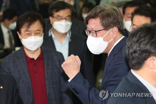 Park Heong-joon, the Busan mayoral candidate of the People Power Party, erupts in joy following the release of an exit poll on April 7, 2021. (Yonhap)